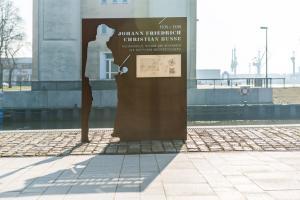 Sonderbauten: Historische Ehrentafel aus Stahl montiert